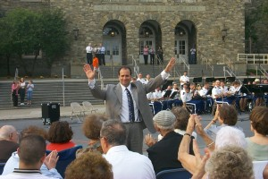 """BERTOLOZZI AT THE PREMIERE OF """"WINGS OF EAGLES,"""" WITH THE USMA BAND OF WEST POINT, 2004 © 2004, ALEX MILLER"""