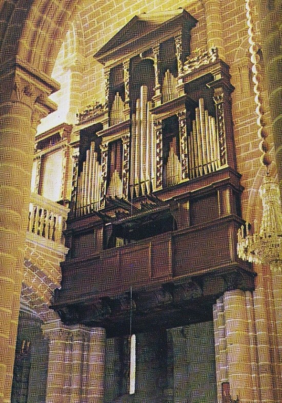 The Great Organ, attributed to Heitor Lobo, c. 1562. Horizontal Trumpet by Pasquale Caetano Oldovini  in 1772. Restoration by Flentrop Orgelbouw in 1967.